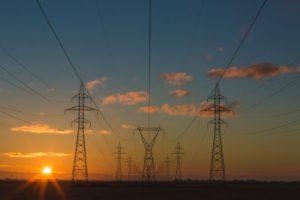 Strommasten mit Sonnenaufgang